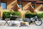 Καρέκλες, αίθριο, ποδήλατο
